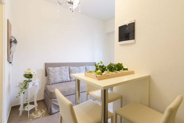 Superior One Bedroom Apartment dining area
