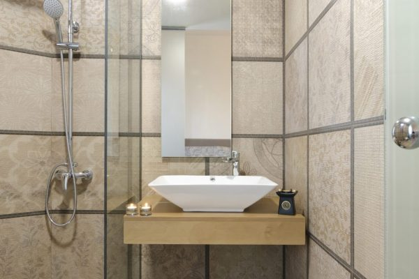 Superior One Bedroom Apartment bathroom
