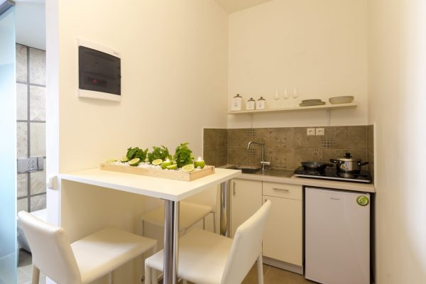 Superior One Bedroom Apartment kitchenette