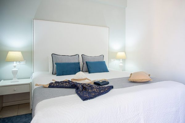 Luxury One Bedroom Apartments with Sea View King size bed