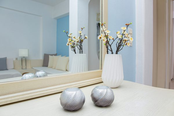 Luxury One Bedroom Apartments with Sea View living room mirror