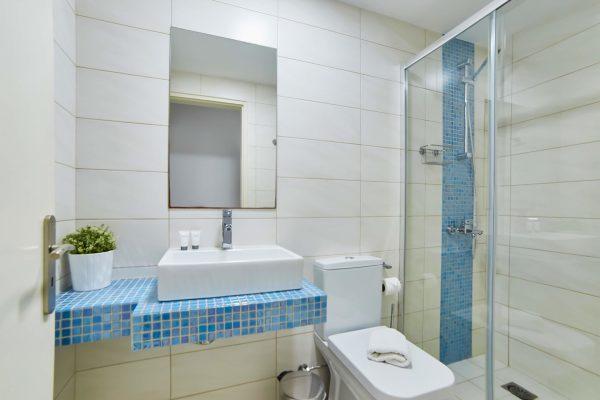 Luxury One Bedroom Apartments with Sea View bathroom