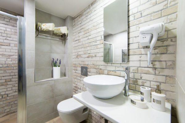 Junior Triple Suite bathroom