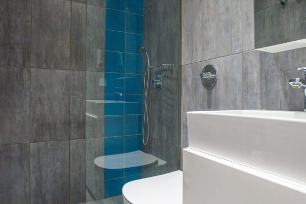 Superior Two Bedroom Quintuple Apartment bathroom